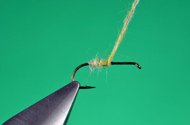 1.  Formare ed avvolgere un fuso di dubbing di pelo di coniglio tinto giallo