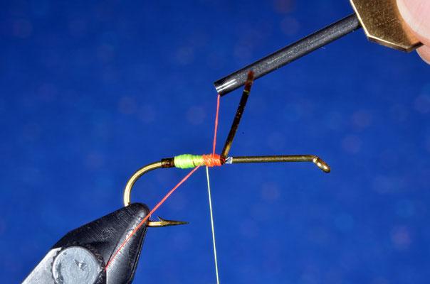 Dopo aver realizzato il primo anello, si introduce il filo rosso fluorescente