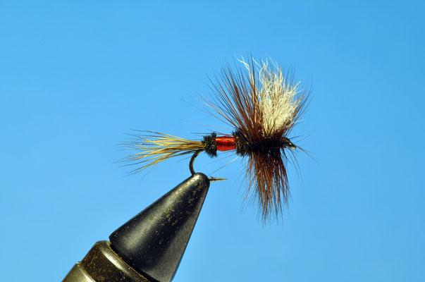 Royal Wulff Amo: lungo da secca, taglia da#10 a #18  Coda: pelo di cervo Corpo: herl di pavone e floss rosso Ali: white calf Hackle: gallo rosso