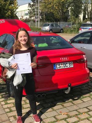 DC Fahrschule: Neuer Führerschein. Fahrschüler nach bestandener Fahrprüfung. Bild 24