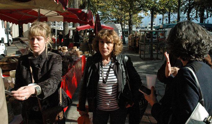 Elisabeth, une des bénévoles distribuant les flyers sur le marché d'Ajaccio
