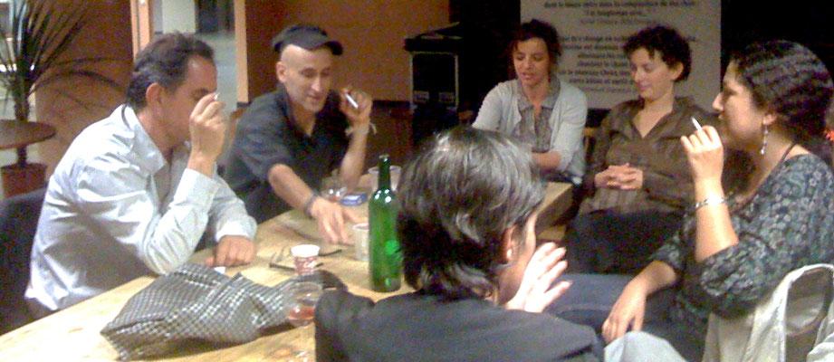 Autour de la table, Tariq Teguia, Habiba Dhjanine  et l'équipe !