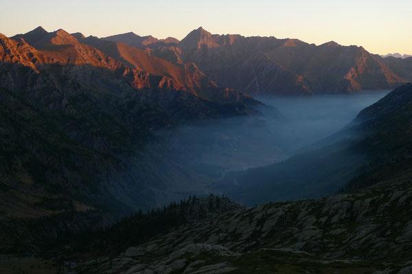 Morgenlicht und Nebel über dem Tal des Rifugio Jervis