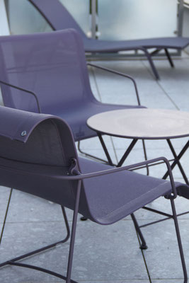 Für die Leichtigekit an der frischen Luft sorgen die schlichten Sessel und Tische.