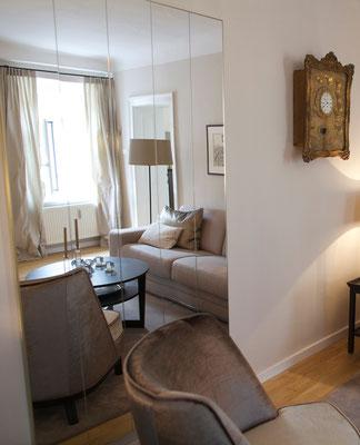 Das Wohnzimmer überzeugt mit vielen verschiedenen Beige-Tönen.