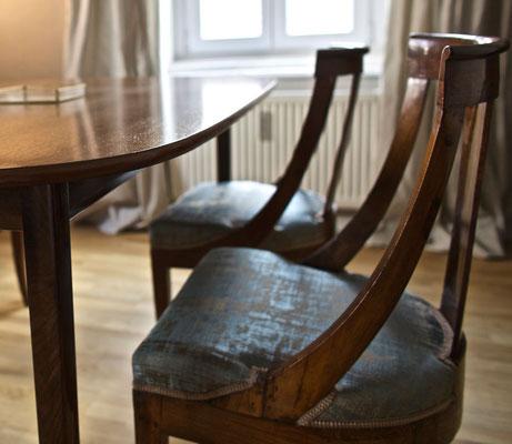 Modern restaurierte Stühle - wiederverwendet.