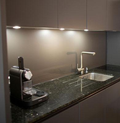 Die Küche ist mit allem Essenziellen ausgestattet.
