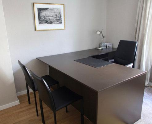 Das Büro wurde im passenden Stil eingerichtet.