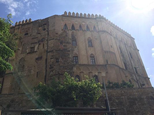 Palazzo dei Normanni - ein Schloss mitten in der Stadt. Ein Relikt aus dem 9. Jahrhundert der normanischen Eroberung.
