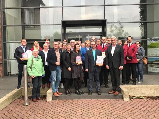Bürgermeister Günter Steins und Ausschussvorsitzender Jürgen Franken zusammen mit den Abordnungen der Preisträger vor dem Rathaus der Gemeinde Kranenburg.