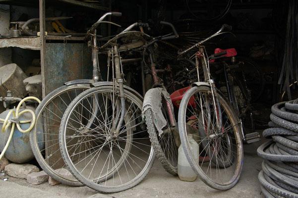 alte Räder im Stall - Foto Christian Burmeister