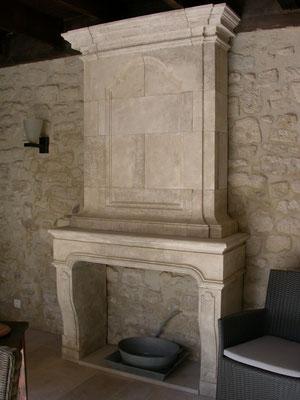 Cheminée en pierre massive, modèle d'exposition
