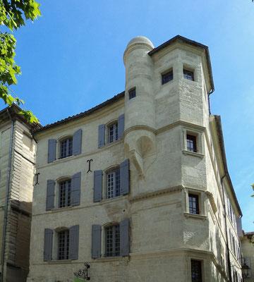 Immeuble, 5 Place aux Herbes, Uzès (30) - Nettoyage de la façade et restauration en sous-oeuvre de la double trompe sous tourelle