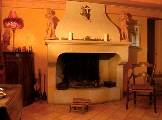 Cheminée en pierre massive de style provençal à Uzès (30)