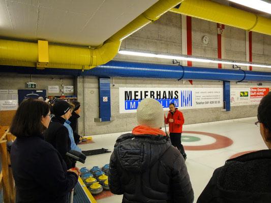 Alles rund ums Curling wird uns erklärt.
