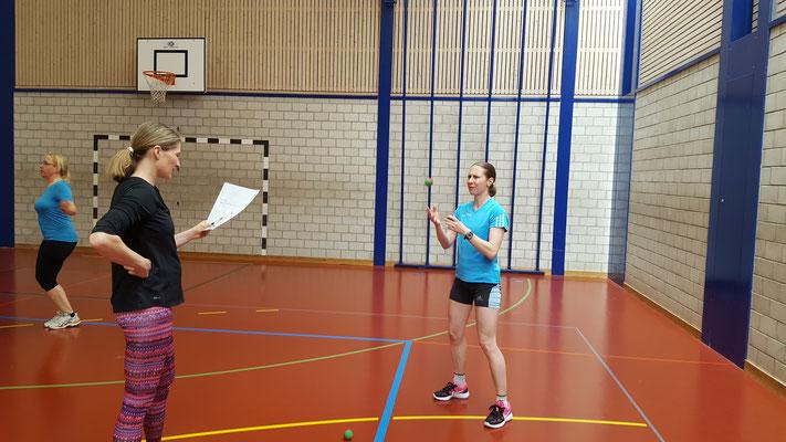 Jonglieren - ein weiterer Posten des Hypoparcours.