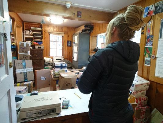 Im Post Office von Stehekin stapeln sich die Resupply Pakete