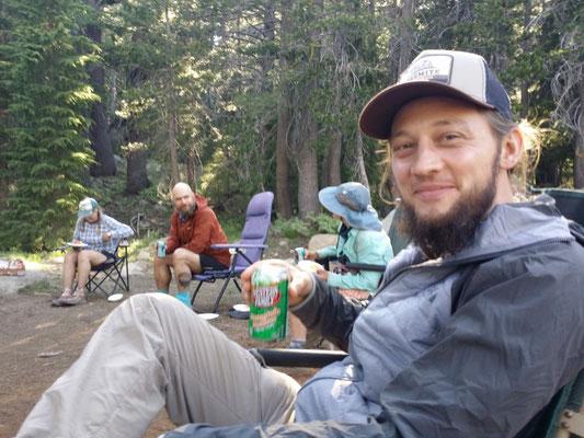 Erschöpft, aber glücklich: Trailmagic am Ebbetts Pass