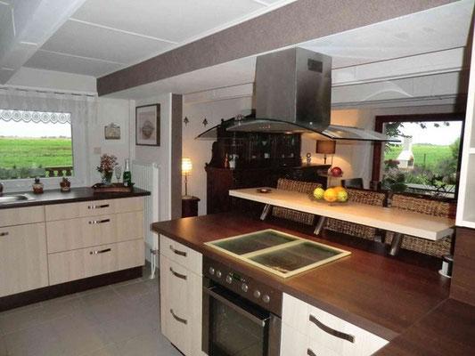 Die helle lichtdurchflutete offene Küche