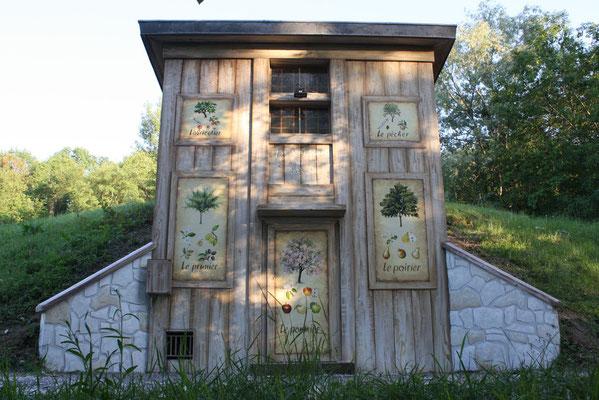 Trompe l'oeil bâtiment savoyard et planche botanique-parc