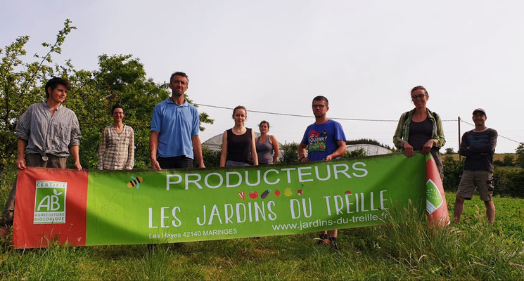 Une partie de l'équipe des Jardins du Treille derrière notre banderole pour les marchés
