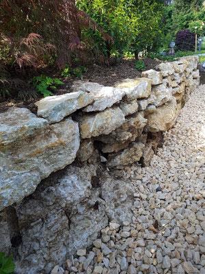 vor Ort gefundene Jurastein-Findlinge, trocken gemauert