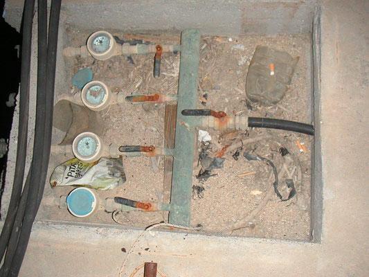 So sieht es leider in vielen Marinas aus.Die Stromkabel laufen in's Nirvana und die Wasserzähler dokumentieren den doch so reichlich vorkommenden Trinkwasser in Griechenland