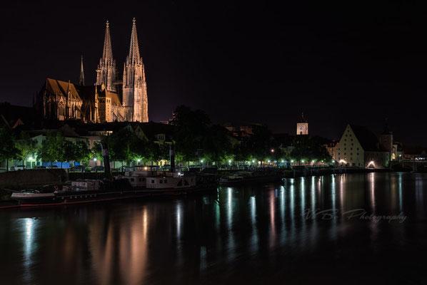 Regensburger Dom und Donauufer bei Nacht