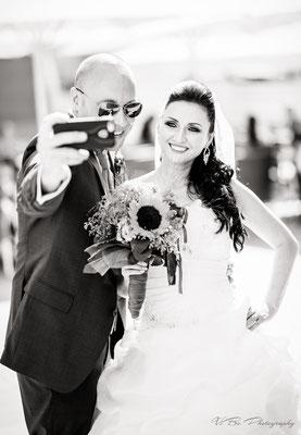 Brautpaar beim Selphie machen erwischt.