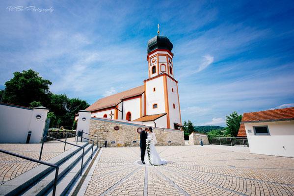 Brautpaar vor der Kirche in Deuerling bei Regensburg.