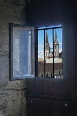 Regensburger Dom durch das Kirchenturmfenster.
