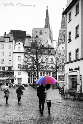 Hochzeitsfoto bei Sturm und Regen mit Regensburger Dom im Hintergrund.