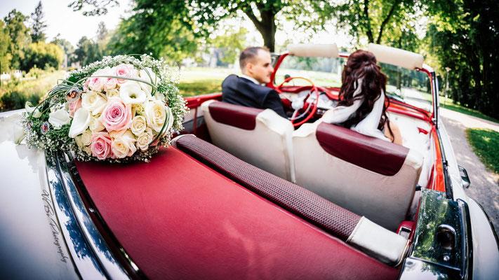 Brautpaar im Hochzeitsauto.