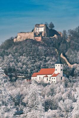 Burg Donaustauf im Winter.