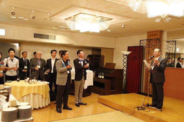 乾杯のご発声をいただいた東京稚内会小坂会長。乾杯の発声は、「なまら!」「いいんでないかい!」