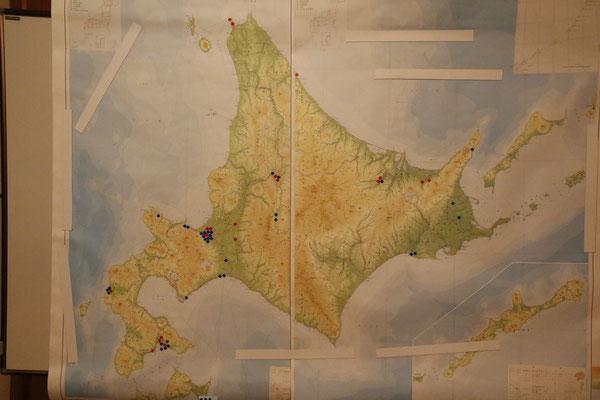 北海道地図にプロットされた、出席者の出身地並びにゆかりの地。