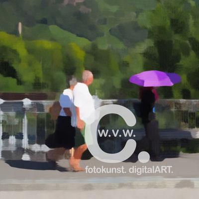 Fotokunst-Gemälde, Caro von Wolmar, www.carokunst.com, signierte, limitierte Fotokunst kaufen, Fotografie, Bozen, Italien, Lila Schirm, Alu-Dibond, Streetfotography, rot, grün, Galerie, Lumas, Whitewall