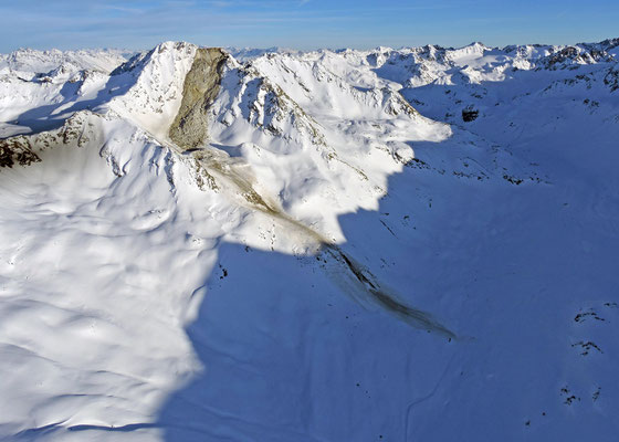 Der Felssturz löste eine Schneelawine aus. Das Schnee-Geröll-Gemisch erreichte schliesslich fast die Flüela Passstrasse, die noch Wintersperre hat.