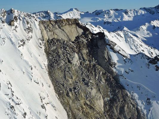 Das Anrissgebiet befindet sich knapp unterhalb des Grates auf einer Höhe von 3085 m ü. M.