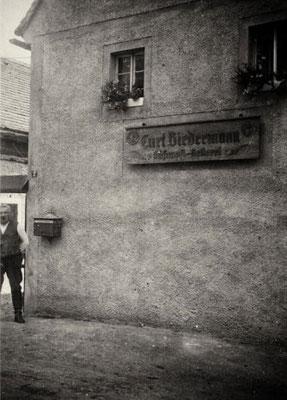 Der Unternehmer und sein neues Firmenschild von Trepte, Wilsdruff (um 1937), Quelle: Familie Biedermann, Mauna
