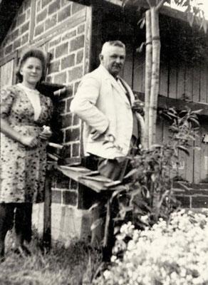 Curt Biedermann und seine Tochter Hertha vor dem neuen Bienenhaus, 1930er Jahre, Quelle: Familie Biedermann, Mauna