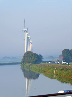 Windgeneratoren säumen Kanal und Strasse