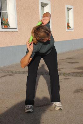 Perfekt ausgeführt! Rücken bei der Rotation gerade, Hüfte dreht nicht mit! Brustbein vorne, Ellenbogen seit! SEHR GUT!