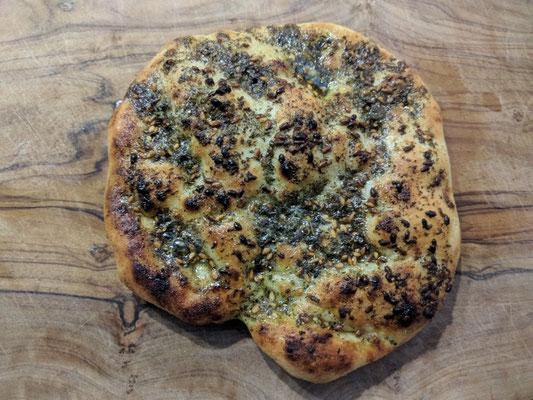 Im vorgeheiztem Backofen auf höchste Stufe solange backen bis das Brot etwa Bräune annimmt.