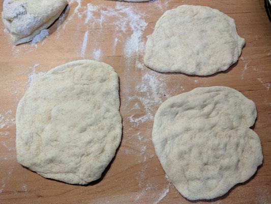Fladenbrote formen (Teig: 500g Mehl, 320ml Wasser, 7g Hefe, 5g Salz, 1 Esslöffel Olivenöl | kneten und eine Stunde gehen lassen)