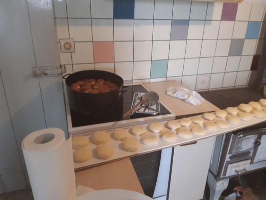 Vorbereitung für das Backen der Kräppel bei Ute in der Waschküch.....