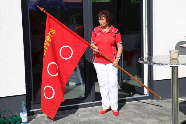 2. Vorsitzende Maria Laucht mit der Vereinsfahne