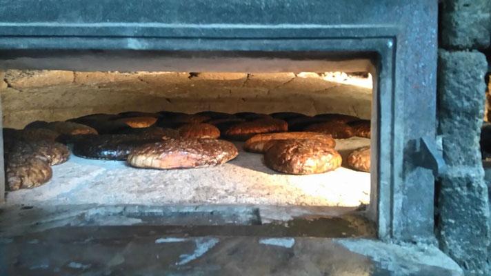 Das Brot liegt im Ofen.......schade, dass man es nicht riechen kann ....es duftet köstlich