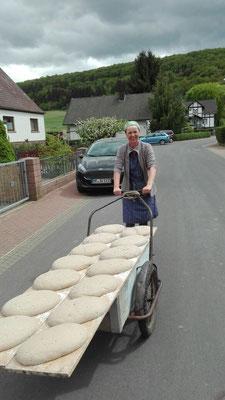 Das Brot wird von dem Herstellungsort zum Backhaus transportiert......