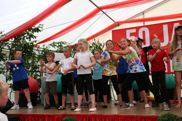 Kindergruppe bei Zirkus-Aufführung